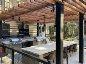 outdoor kitchen in a apartment pool area